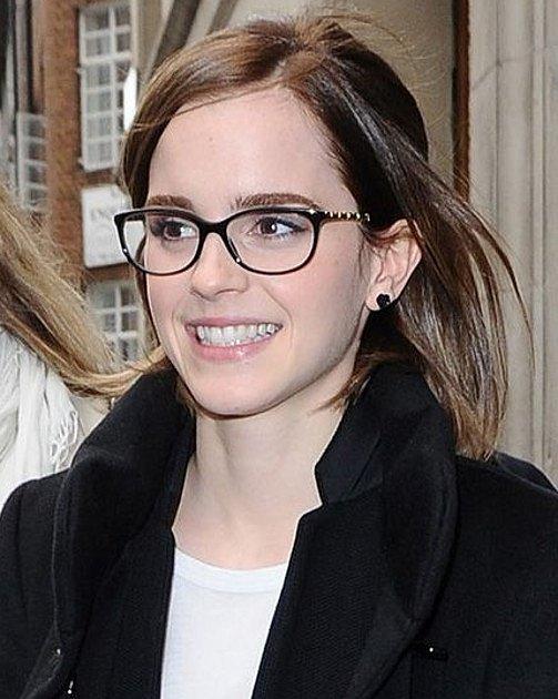 Emma Watson vypadá v brýlích jako nezbedná školačka