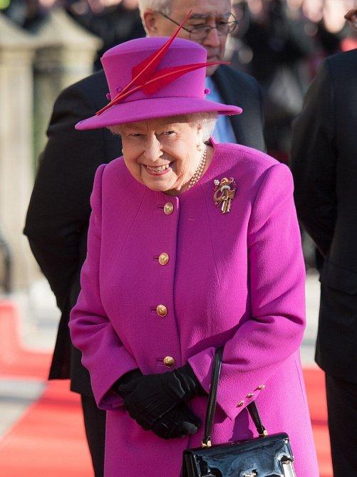 Růžový kabátek královnu rozsvítil.