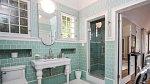 Koupelna Dity je zařízena v zelené barvě.