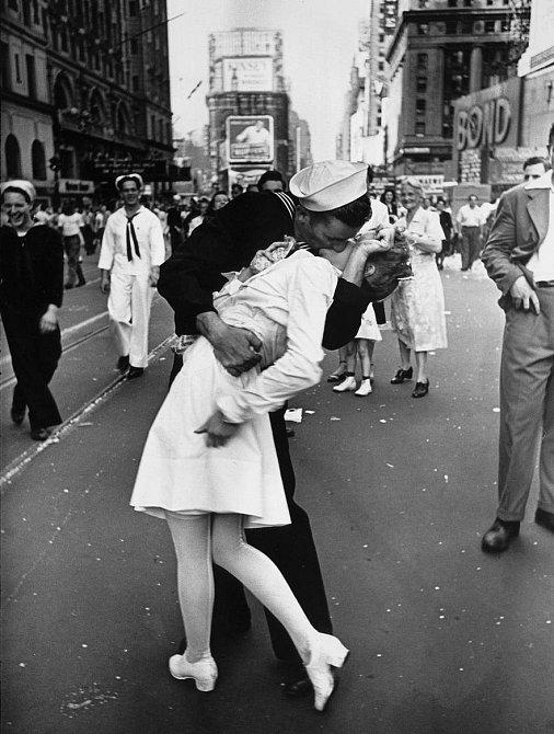 3. Námořník líbající zdravotní sestřičku, New York – Times Square. Tato fotografie se stala symbolem konce 2. světové války, 1945
