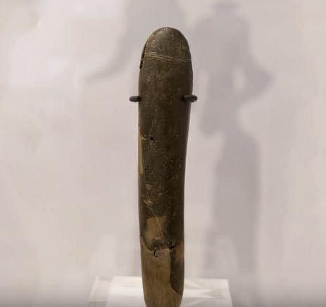 Tento kamenný penis pochází z roku 2500 před naším letopočtem a za zmínku stojí, že je 19,2 cm dlouhý!