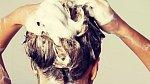 Zvykli jste své vlasy na mytí každý den? Chyba! Škodíte jim, budou vysušené a lámavé, navíc se tak tvoří častěji i lupy. Zvykněte je zase na mytí jednou za dva až tři dny.