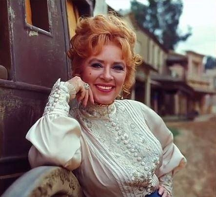 Amanda Blake (1929-1989) - Americkou herečku proslavila role majitelky salonu Miss Kitty Russell v televizní westernové sérii Gunsmoke. Zemřela v roce 1989 na následky onemocnění AIDS. Není jisté, jak k této nemoci přišla.