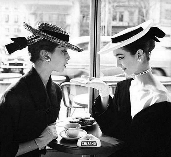 Dívky v kavárně, 1955