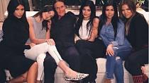Podpora rodiny Kardashianů i Jennerů.
