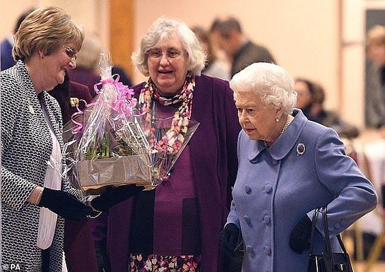 Královna musí přijmout všechny dary bez reptání.