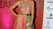 Herečka Barbora Motlová zvolila model ve stylu světových star. Průsvitné materiály jsou nyní v kurzu.