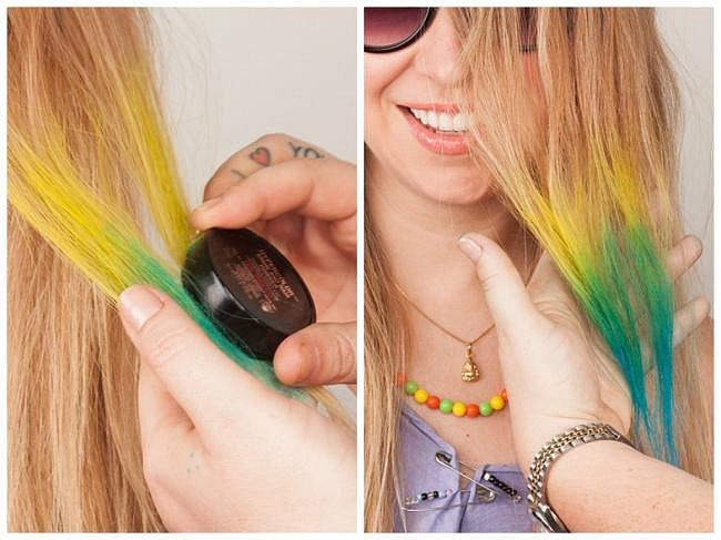 Jak si jednoduše na chvíli obarvit vlasy do různých barev? Stačí, když na ně nanesete stíny na oči.