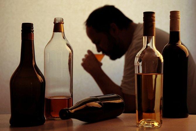 Trpí pocity viny a snaží se s pitím schovávat.