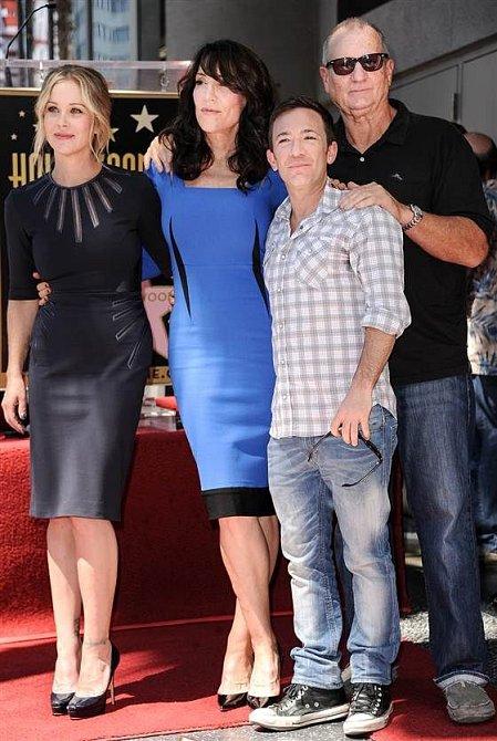 Se svou seriálovou rodinkou ho pojí přátelství a navzájem se podporují.
