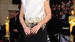 Na předávání Oscarů si vzala černé dlouhé šaty s bílým vrškem.