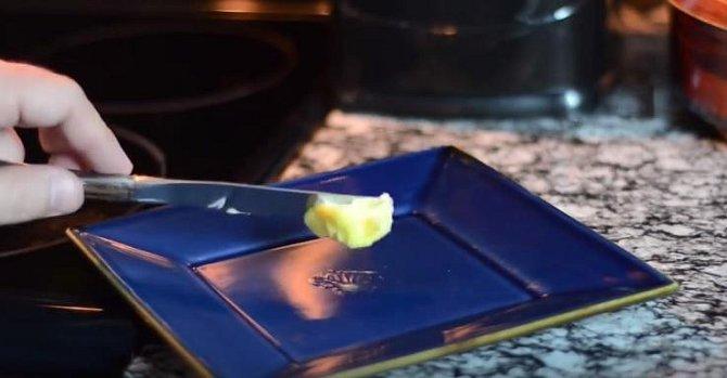 Toto by mohla být třeba super rychle připravená snídaně. Talíř ohřejte v mikrovlnce. Hned po vyjmutí do něj vložte kousek másla.