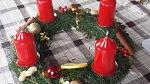 Adventní věnec s červenými svíčkami je klasika, se kterou určitě nezklamete