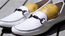 Máme pro vás trik pro roztažení bot. Místo ševcovského kopyta, stačí jednoduše vložit do boty bramboru. Předtím, než ji tam dáte, ji ale oloupejte a ořezejte do tvaru, který potřebujete. A pak už ji nechte přes noc dělat svou práci.