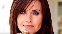 Courteney Cox - I tato kráska podlehla volání plastických chirurgů a svěřila jim svou tvář a to ne jednou. Bohužel výsledek nepůsobí nikterak přirozeně.