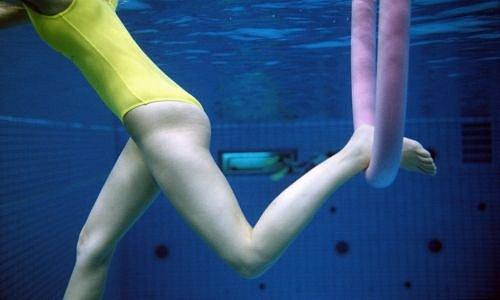 Žena ve žlutých plavkách