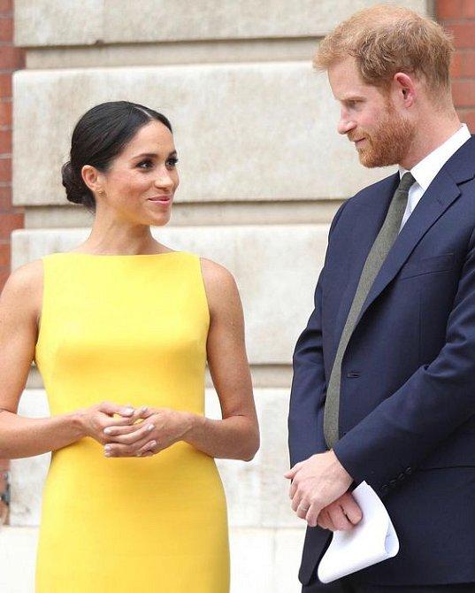S odhalenými rameny nemá vévodkyně Meghan problém.