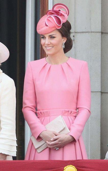I vévodkyni Kate růžová barva sedne.