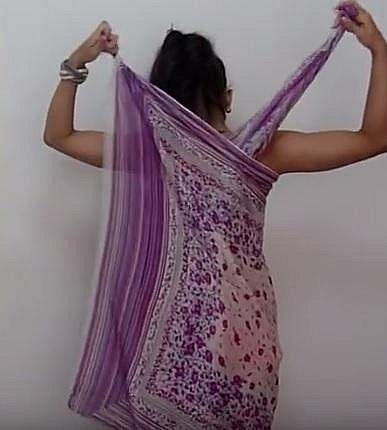 Tentokrát šátek omotejte tak, že vám konce zůstanou na zádech.