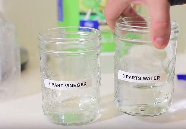 Smíchejte ocet v poměru 1 díl octa na 3 díly vody.