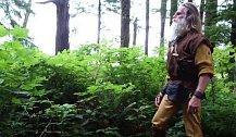 Oblečení si vytváří z toho, co lidé v lese pohodí.