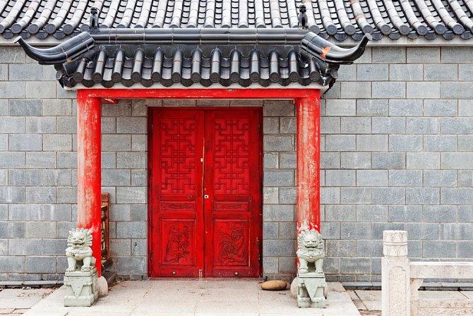 V Číně frčí červené vstupní dveře.
