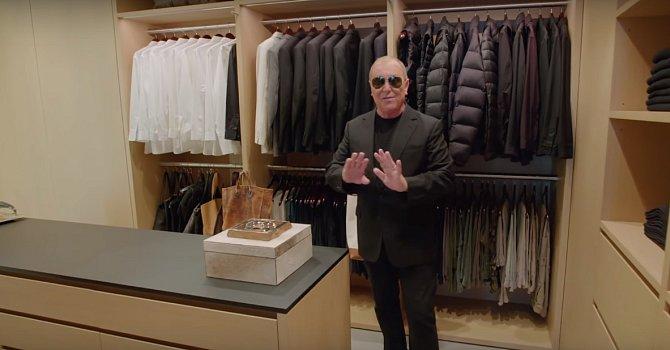 Jedna z nejdůležitějších místností, šatna. Michael dodržuje poměrně striktní dresscode, nosí téměř výhradně jen černou barvu.