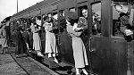 12. Vojáci odjíždějící do Egypta se vyklánějí z oken, aby se rozloučili a naposledy políbili své milované, 1935