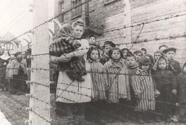 V Osvětimi bylo mnoho těhotných žen a mnoho jich tam otěhotnělo, protože byly často znásilňovány důstojníky SS.