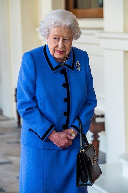 Další modrý kabát s černým lemem.