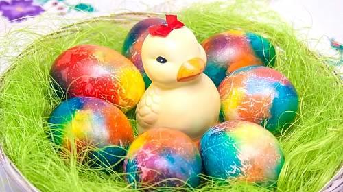 Pestrá vajíčka vytvoříme s pomocí obyčejného ubrousku.