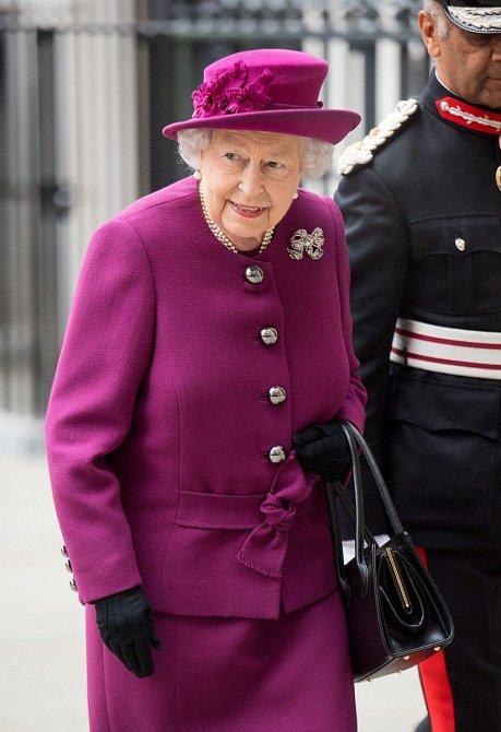 Když si královna bere outfit podruhé, zdobí ho jinak.