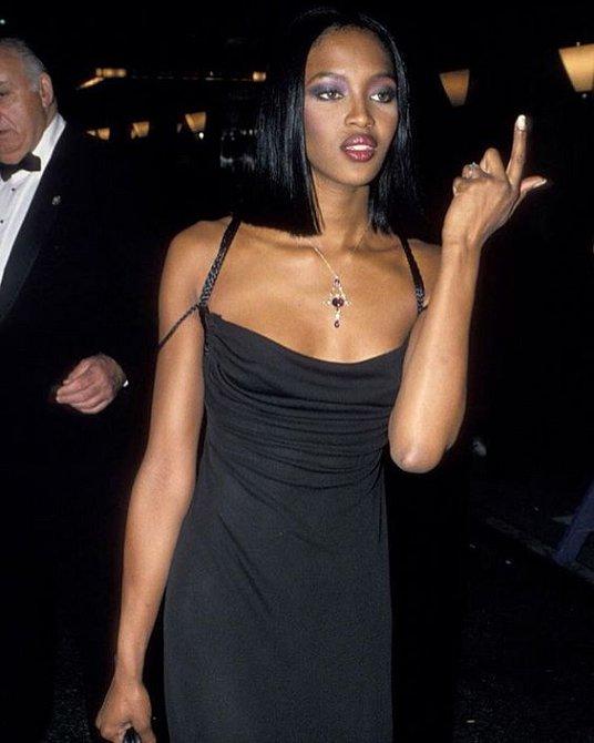 Naomi Campbell ukáže a muži se přetrhnou.