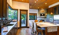 Kuchyně, která se nachází blízko verandy, tady se připravují spíše pokrmy určené na venkovní grilování.