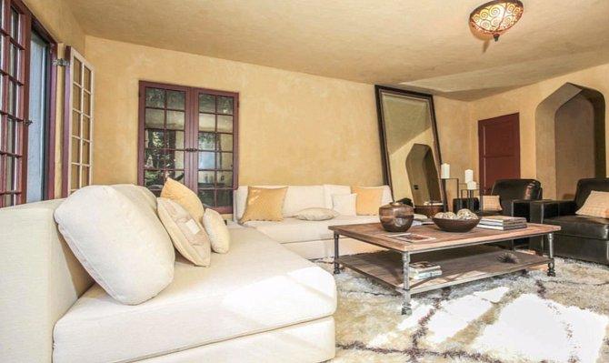 Jeden z několika velkých obývacích pokojů.