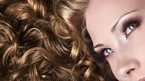 S pomoci Coca Coly si také snadno zvlníte vlasy! Stačí si je jen opláchnout skleničkou coly a vlnky se budou tvořit téměř samy.