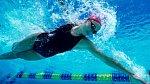 Plavání je ideální sport k posílení celého těla a zvláště prsního svalstva. Choďte plavat alespoň dvakrát týdně.