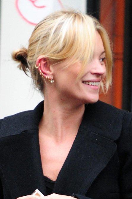 Kate Moss byla zachycena chvíli po té, co si nechala hned několikrát propíchnout uši.