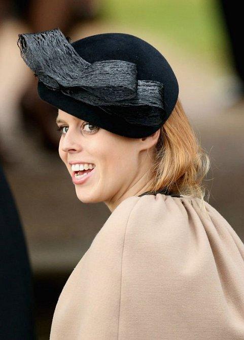 Fascinátory a kloboučky jsou velmi elegantní.