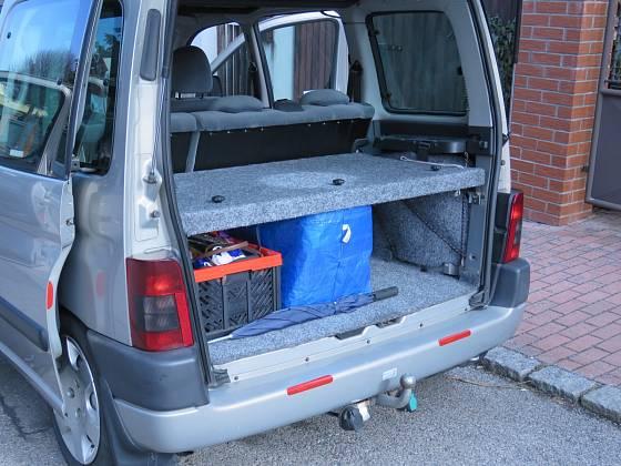V kufru se pod kobercem skrývá plato, tvořené třemi deskami z překližky. Starší typ Citroenu Berlingo