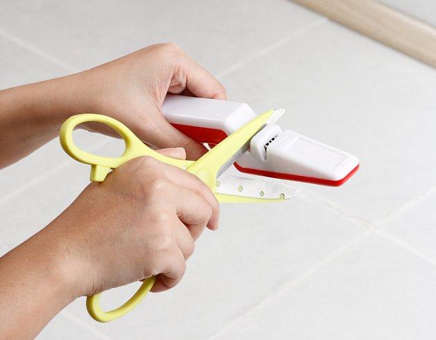 Nůžky můžeme nabrousit za pomoci brousku pro domácí broušení.