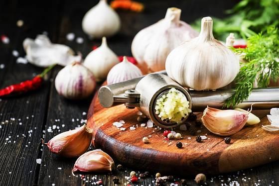 Na pečené brambory můžeme použít i čerstvě lisovaný česnek.
