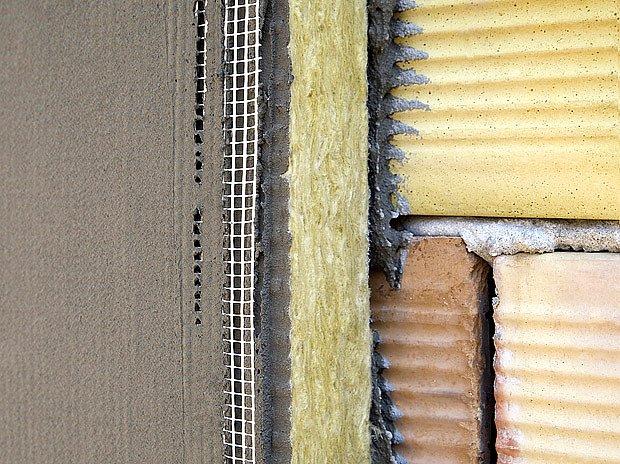 Izolace fasády přináší vysokou úsporu za otop, ale je velmi nákladná.