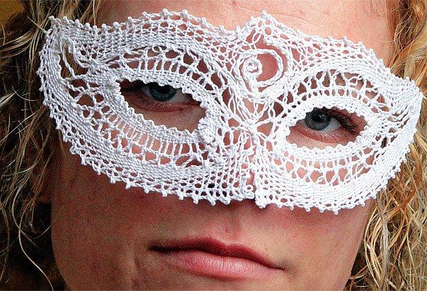 Petra Klofáčová paličkuje obrázky, dečky, náhrdelníky, lemy, záložky a třeba i masku