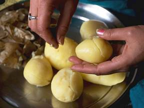 Loupání uvařených brambor je tak trochu piplačka.