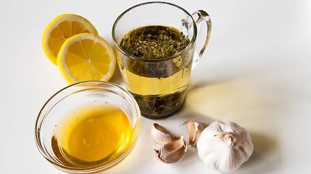 Čaj s česnekem, citronem, medem a bylinkami příznivě ovlivní hladinu cholesterolu v krvi.