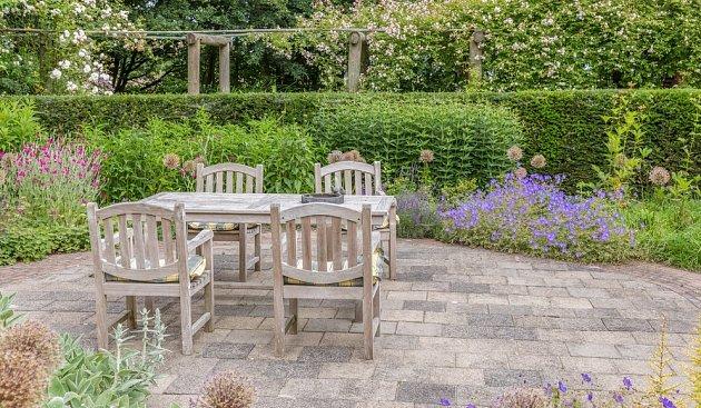 Venkovní dlažba je pod zahradní nábytek ideální