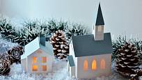 Papírový kostelík a domek rozsvítí LED čajová svíčka