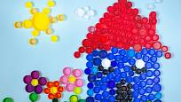 Různobarevná víčka z PET lahví poslouží jako skvělý materiál pro mozaiku.