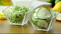 Okurky připravené do salátu.